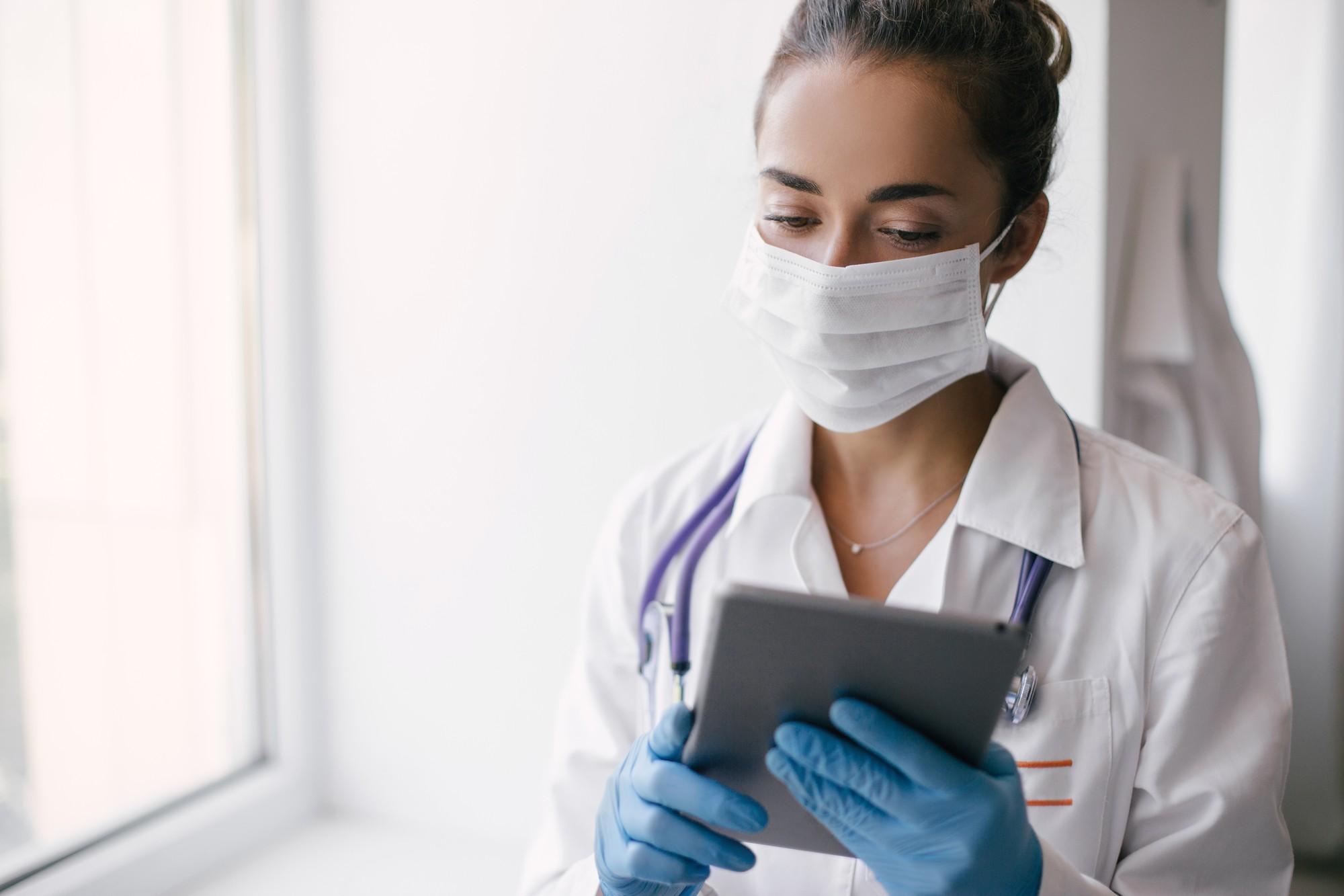 medica com prontuario digital em tablet