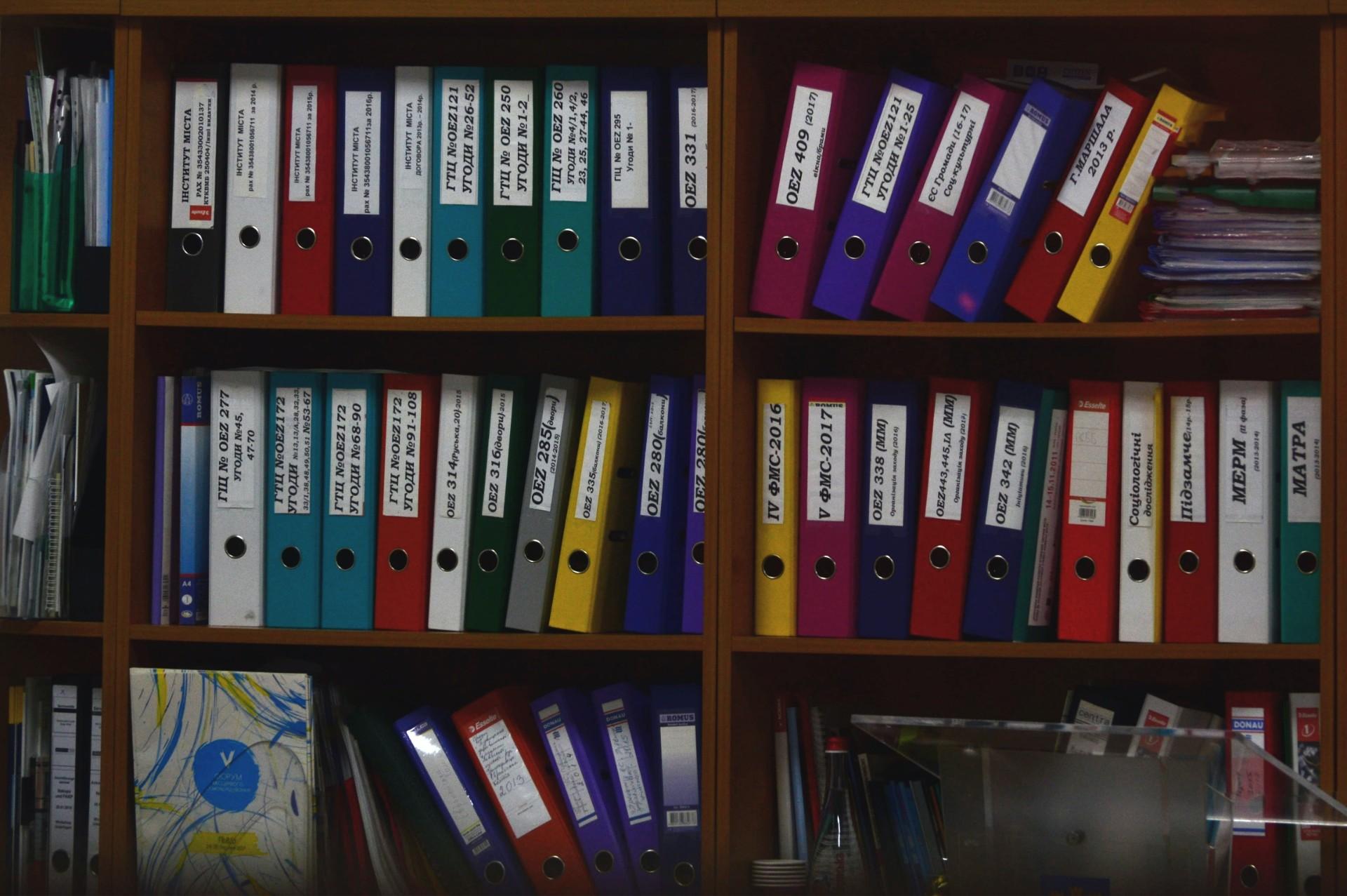documentos fisicos na estante