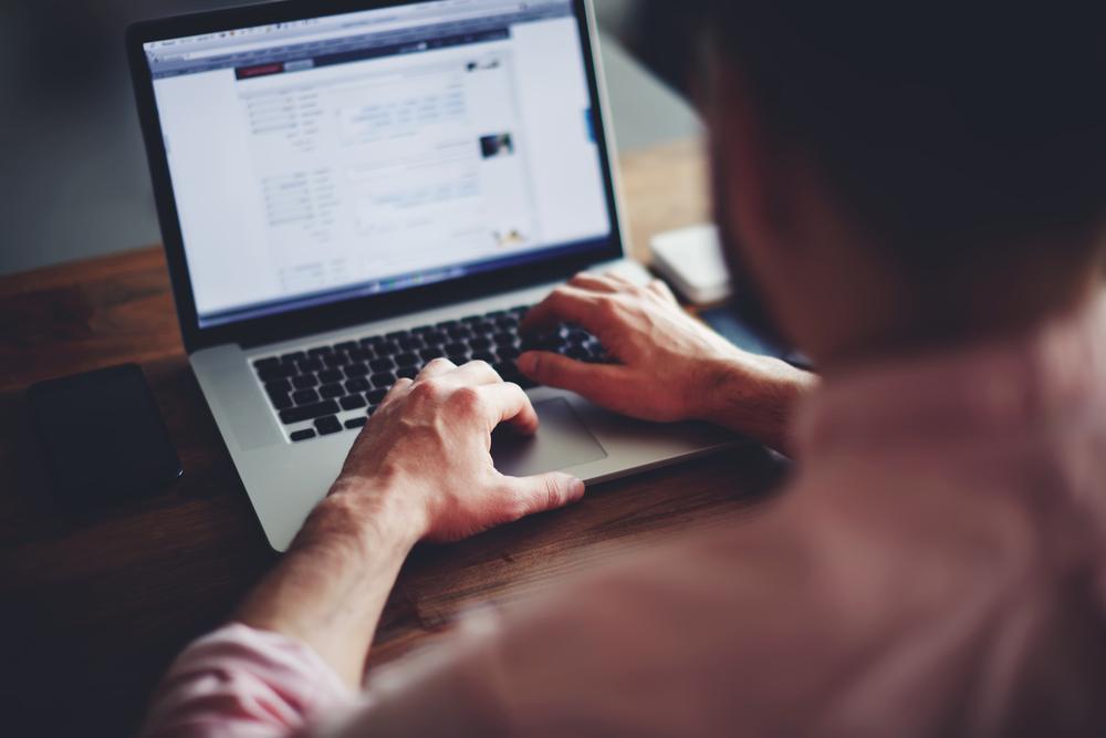 homem utilizando o computador