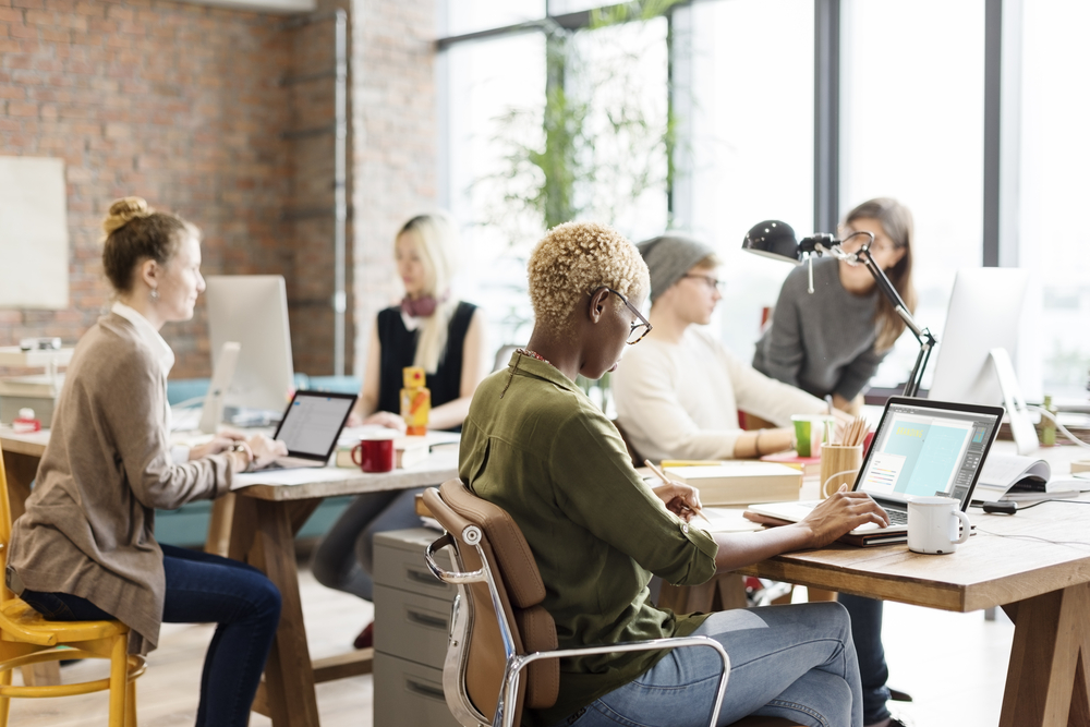 mulheres trabalhando no nobebook