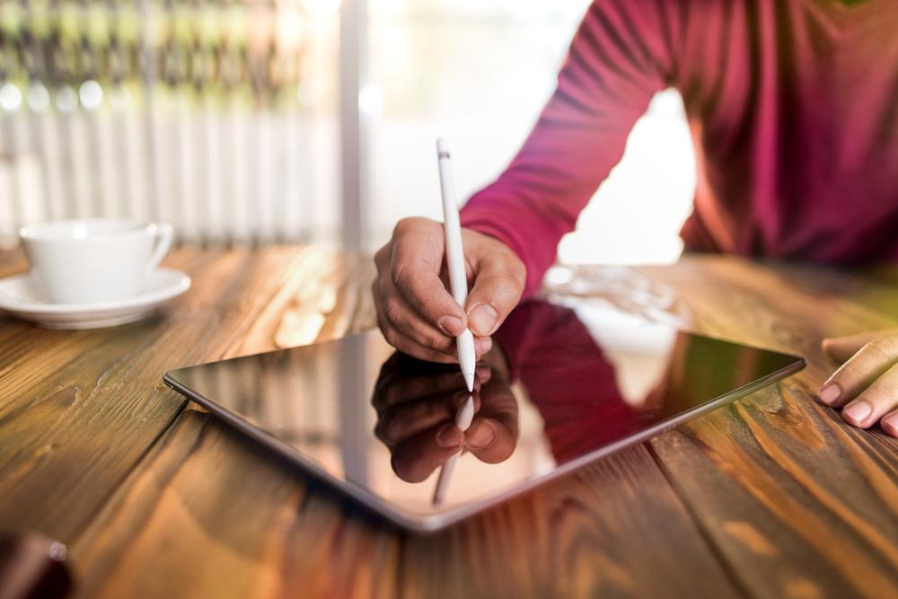 mulher digitando no tablet