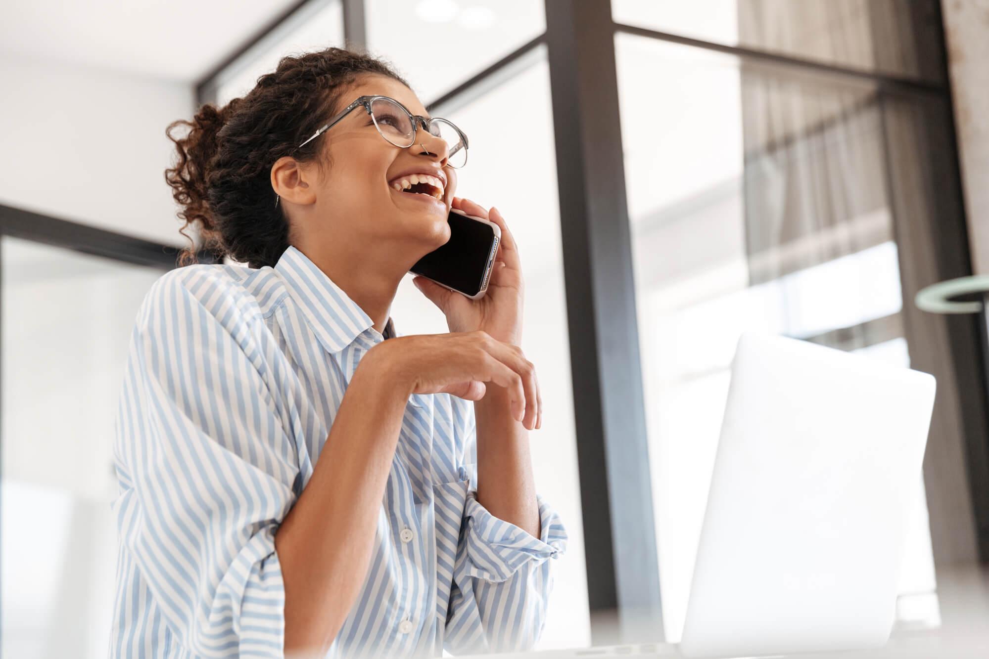 mulher no celular no trabalho home office