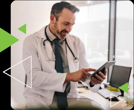 medico utilizando tablet para ver dados