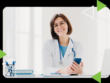 medica olhando celular sorrindo