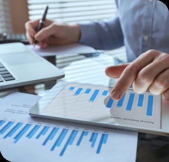 solucao-departamento-financeiro-homem-analisando-graficos