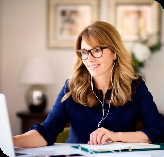 mulher-utilizando o notebook-e-vendo-informacoes